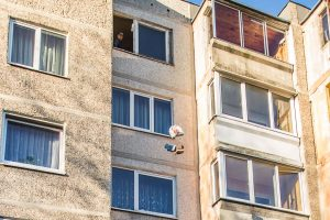 Prasiskolinusi kaunietė iškraustyta be jokio gailesčio: per langą išmesti net baldai