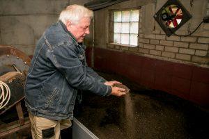 Pakaunės ūkininkas kiaulininkystę iškeitė į biohumuso gamybą