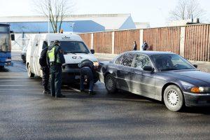 Uostamiestyje atakuotas inkasatorių automobilis