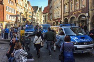 Vokietijoje automobilis rėžėsi į minią, yra žuvusiųjų