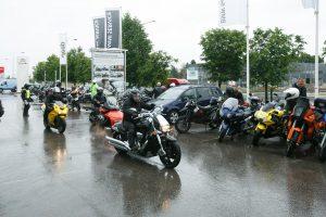 Mototurizmo dalyviai lietaus neišsigando