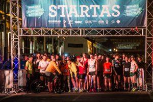 """Bėgikai linksminosi """"Naktiniame Urmo bėgime"""""""