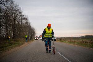 Lietuvoje keliai ženklinami naudojant lazerį – galima dirbti lyjant ir sningant