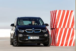 BMW pats randa laisvą vietą daugiaaukštėje aikštelėje
