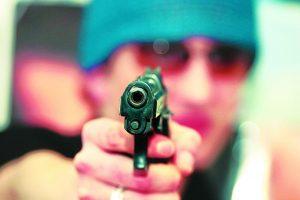 Sostinėje aidėjo šūviai: sužalota moteris, įtariamieji sulaikyti