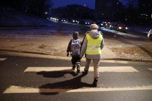 Senjorai saugo moksleivius – budi prie pėsčiųjų perėjų šalia mokyklų