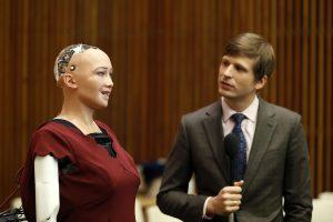 Žmoniją grasinęs sunaikinti robotas tapo Saudo Arabijos piliečiu