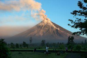 Filipinuose nuo išsiveržusio ugnikalnio pabėgo dar tūkstančiai gyventojų