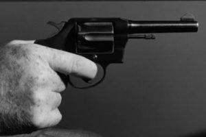 Šratiniu revolveriu peršauti du vyrai