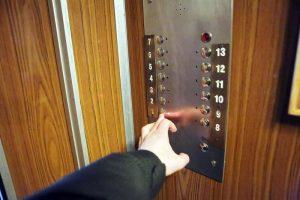 Du vyrai moterį sumušė ir apiplėšė lifte