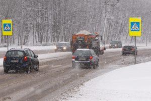 Eismo sąlygas sunkina rūkas ir slidūs keliai