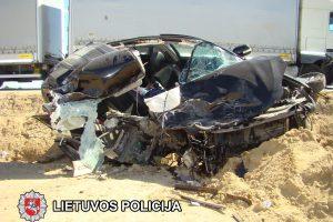 Kelyje į Suvalkus susidūrė vilkikas ir lengvasis automobilis, nukentėjo mažametis