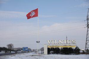 Sostinė prie įvažiavimų į miestą pasitinka įspūdingomis Vyčio vėliavomis