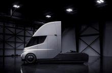 """""""Tesla"""" pristatė pirmąjį pasaulyje elektra varomą sunkvežimį"""