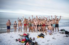 Sveikuoliai nėrė į žiemišką jūrą