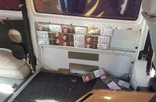 Mažeikiškis ir jurbarkiškis cigaretes gabeno mikroautobusų slėptuvėse
