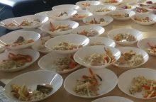 Mokiniai ragavo šefų kurtų patiekalų iš mokykloms ruošiamų valgiaraščių