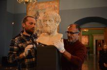 Į Valdovų rūmus su ypatinga apsauga atkeliavo antikinis eksponatas
