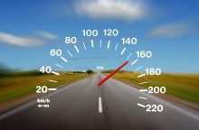 Daugiau nei dvigubai greitį viršijusiam vairuotojui gresia teisių atėmimas
