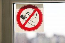 Ar reikėtų uždrausti rūkyti balkonuose?