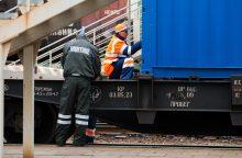 Po važiuojančiu traukiniu atsidūrusi muitininkė atsipirko nosies sužalojimu