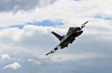 Unikalios pratybos: naikintuvai taikinius atakavo kovinėmis bombomis