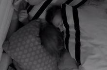 """""""2 Barų"""" dalyviai nebeslepia jausmų – persikėlė į vieną lovą"""