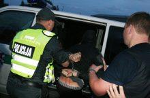Jaunuolį bandė ištraukti iš mašinos