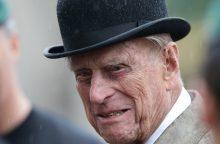 Britanijos princas Philipas po avarijos vėl vairuoja neprisisegęs saugos diržu