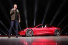 """""""SpaceX"""" vadovas E. Muskas planuoja paleisti savo elektromobilį į kosmoso platybes"""