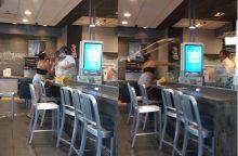 """""""McDonald's"""" susimušė darbuotoja ir klientė: skraidė ne tik pieno kokteiliai"""