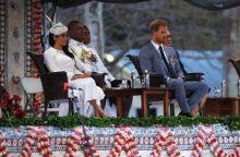 Princas Harry ir Meghan Fidžyje sutikti tradicine ceremonija