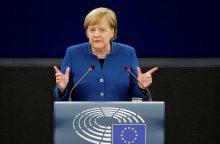 """A. Merkel ragina kurti """"realią"""" Europos armiją"""