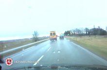 Tauragės rajone nufilmuotas mokyklinis autobusiukas, lenkęs per ištisinę liniją