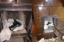 Cigarečių kontrabandos bylą tiriantys pasieniečiai rado ginklų: slėptuvė – krosnyje
