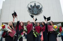 VDU absolventams iškilmingai įteikti diplomai