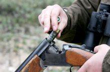 Nubausti stirną iš automobilio nušovę medžiotojai