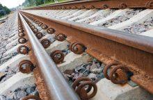 Giruliuose traukinys mirtinai sužalojo merginą