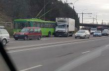 Nuokalnės gatvės nepasidalijo troleibusas ir sunkvežimis <span style=color:red;>(atnaujinta)</span>