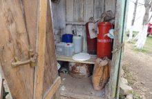 Naminukę telšiškis slėpė lauko tualete