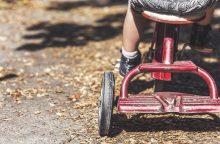 Tėvas mažametę sužalojo atimdamas dviratį