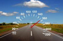 215 km/val. greičiu lėkęs vairuotojas: bandžiau automobilio greitį