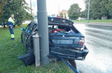 Netoli Kauno klinikų – BMW skrydis į stulpą