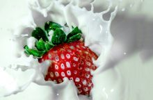 Ar tikrai į pieną dedama cukraus?