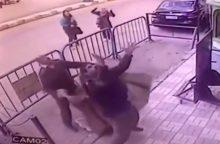 Kvapą gniaužiantis incidentas: policininkas sugavo iš balkono krentantį berniuką