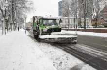 Sniegas vėl kelia problemų vairuojantiesiems