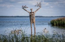 Skulptūros Juodkrantėje virs liepsna