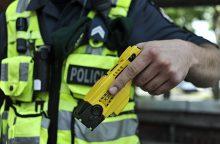 Girtą britą sostinės policijai teko tramdyti elektrošoku