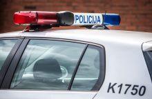 Neblaivus vyras išspyrė policijos automobilio langą