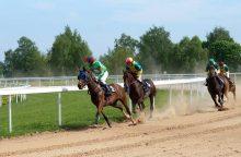 Žirgų lenktynių sezono pradžia stebino netikėtomis pergalėmis